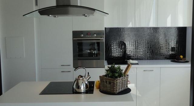 Biala Kuchnia W Polysku Wykonana Przez Studio Mebleactiv Realizacja