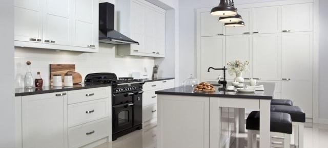 Stylowe aranżacje: biała kuchnia z drewna