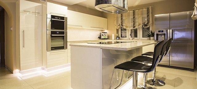 Dekoracyjne efekty świetlne w jasnej kuchni