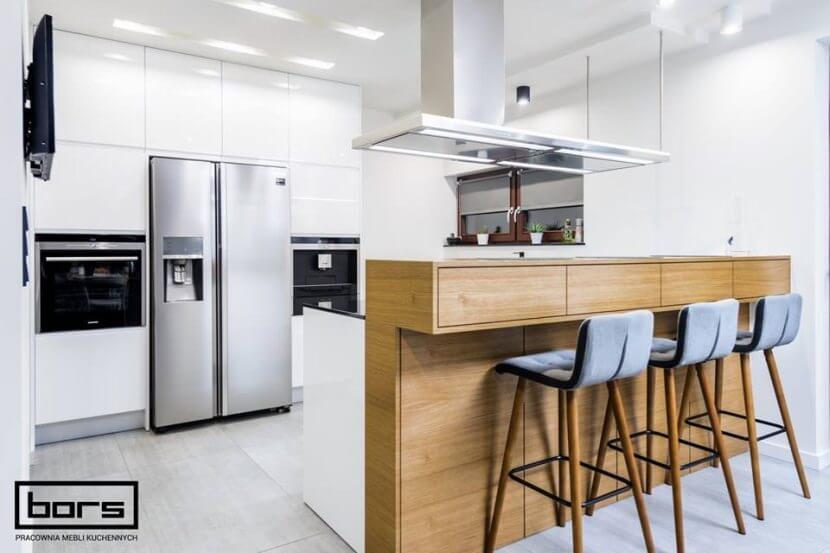 Kuchnie otwarte na salon - kuchnia w bieli i drewnie