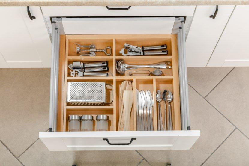Wyposażenie mebli kuchennych - drewniane wkłady do szuflad