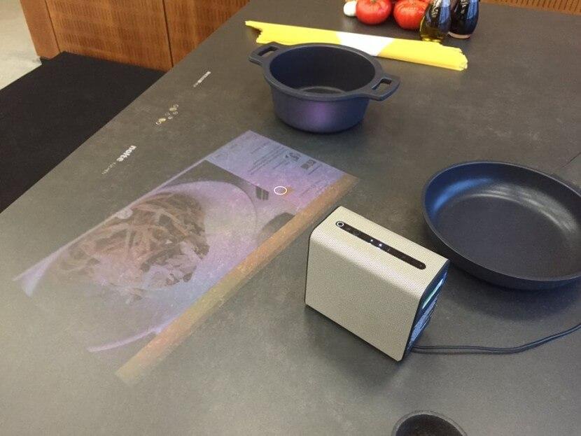 Kuchnia z nowoczesnymi technologiami: projektor Sony Xperia i blat z polami grzejnymi