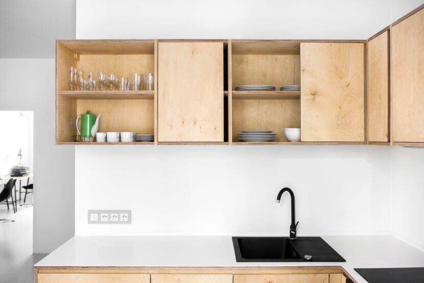 Kuchnia ze sklejki z otwartymi półkami