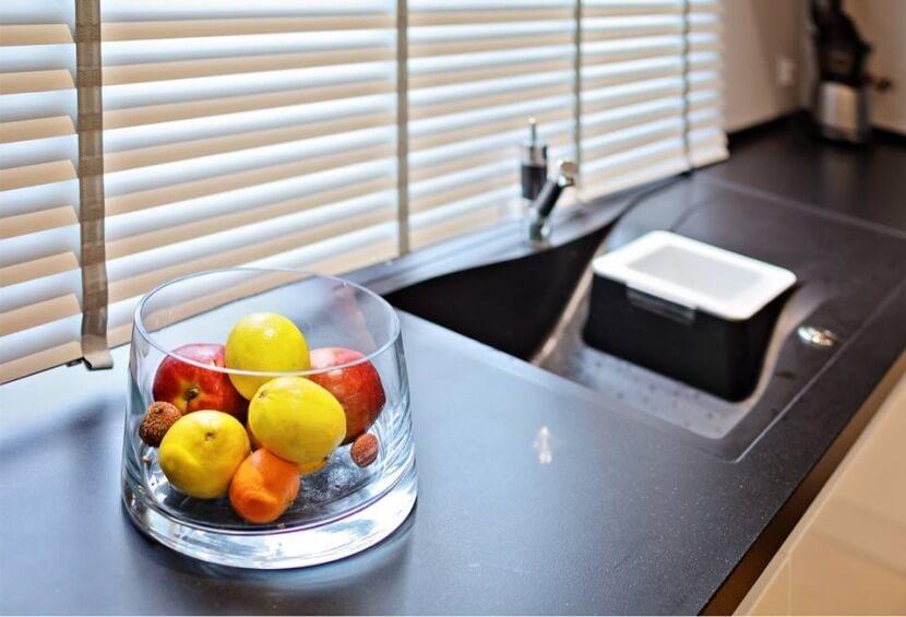 Zlewozmywak w kuchni otwartej na salon