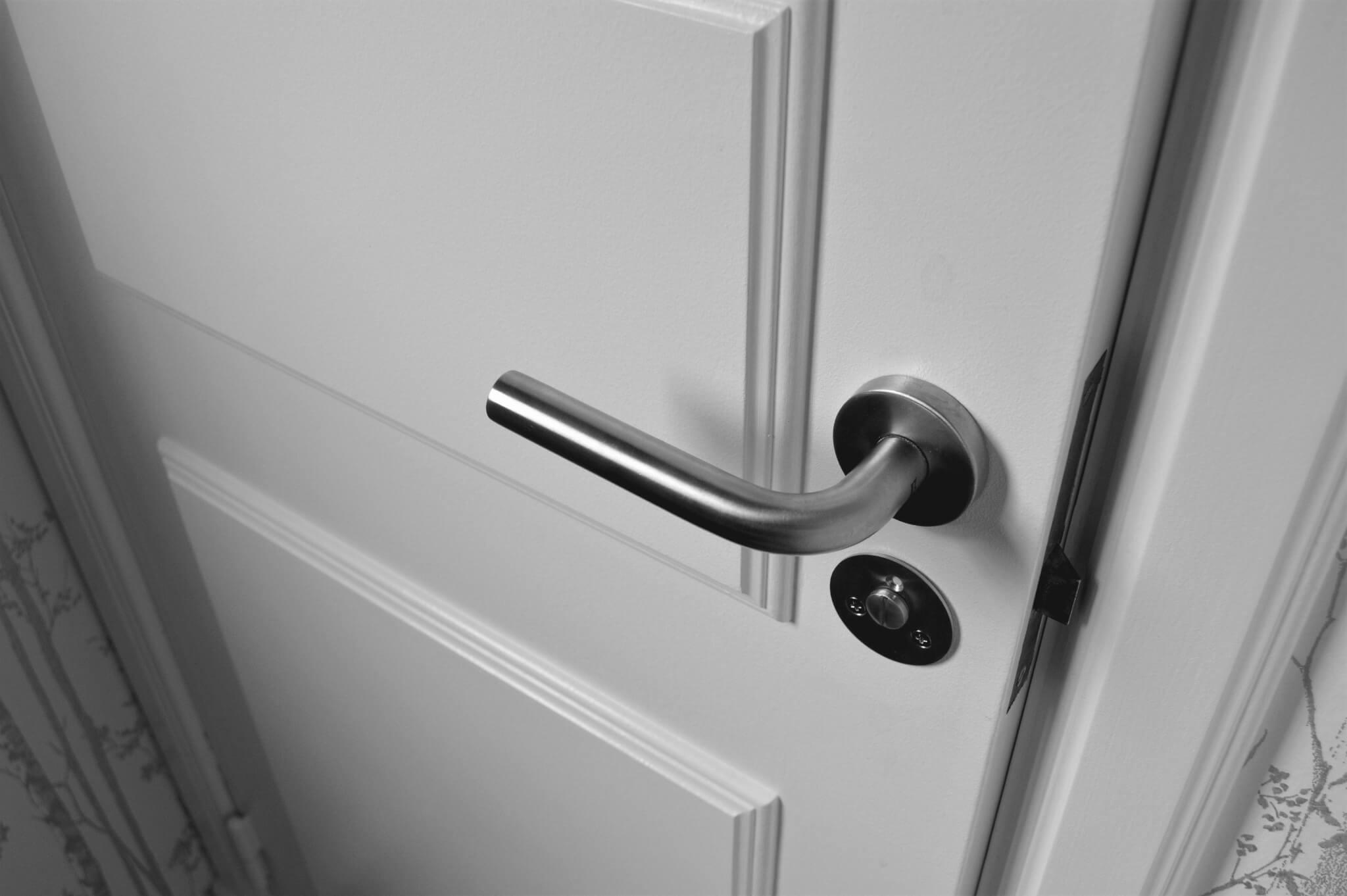 Jakie drzwi wewnętrzne wybrać do małego mieszkania? Sprawdź!