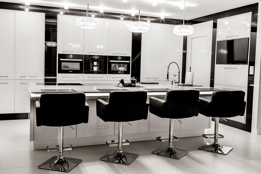 Stylowe połączenie czerni i bieli w nowoczesnej kuchni