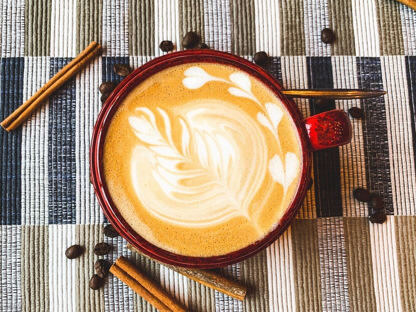 Ekspresy do kawy – dlaczego warto postawić na produkty sprawdzonych marek?
