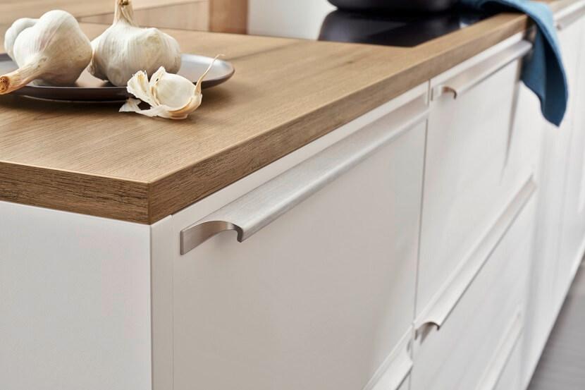 Biel potrzebuje kontrastu! Modne kuchnie z dekorem drewna