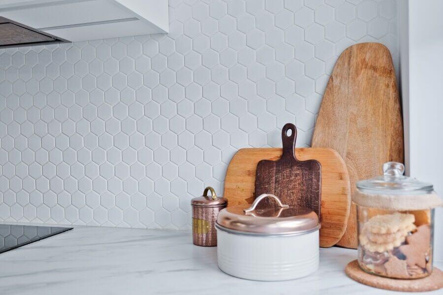 Płytki heksagonalne we wnętrzach w stylu industrialnym – poznaj nasze inspiracje.